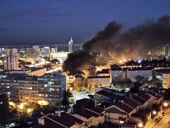 Incêndio de grandes dimensões em armazém chinês de Lisboa