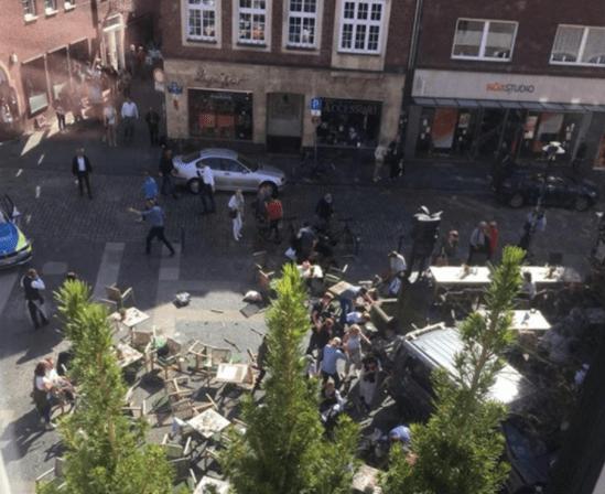 Carro atropela multidão em Münster na Alemanha