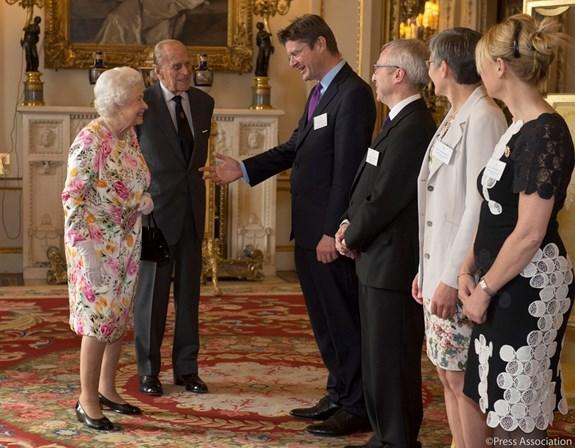 7d26d698a Your Majesty para a rainha, Your Royal Highness para o resto De acordo com  as regras de etiqueta, deve tratar o membro da família real de Your Royal  ...